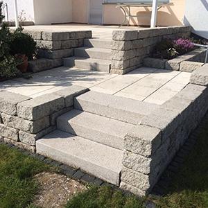 Mauern mit Hochbeeten und Treppen für Außenanlagengestaltung